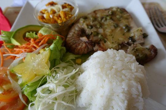 plat typique de Guadeloupe avec riz thon carambole