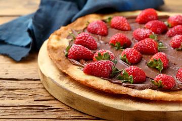 pizza dolce fragole e cioccolato su tavolo rustico
