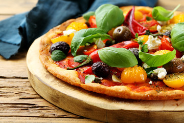 pizza focaccia vegetariana pomodori basilico
