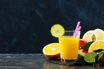 succo di frutta o frullati su sfondo scuro