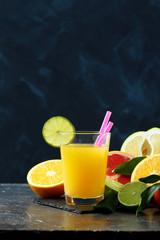 succo di frutta o frullato di frutta su sfondo scuro
