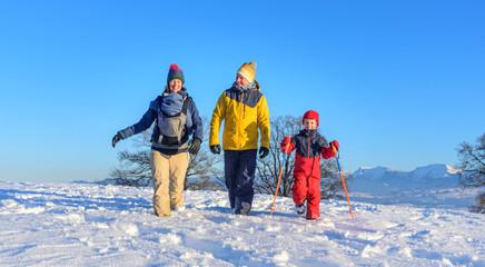 Familienausflug in die winterliche Natur am bayrischen Alpenrand
