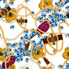 Accessoire de bijoux ornés et feuilles ou feuillages esquissés et fleurs bleues et roses, motif harmonieux. Impression de chaîne dorée réaliste dans une illustration vectorielle de style vintage dessinés à la main sur fond blanc.