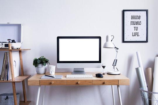 デスクトップパソコンと白い壁