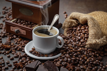 Poster Salle de cafe Black coffee on an old background in a cup
