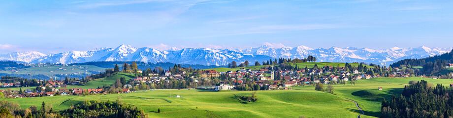 Poster de jardin Bleu ciel Ausblick auf Scheidegg im Allgäu mit schneebedeckten Alpengipfeln