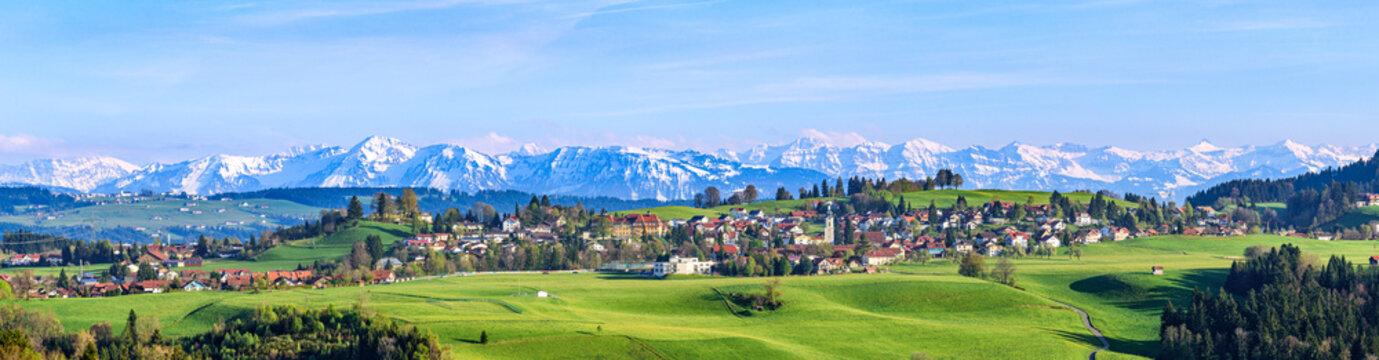 Ausblick auf Scheidegg im Allgäu mit schneebedeckten Alpengipfeln