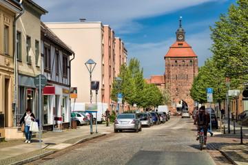 Fotomurales - stadtbild von bernau bei berlin mit mittelalterliches steintor, deutschland