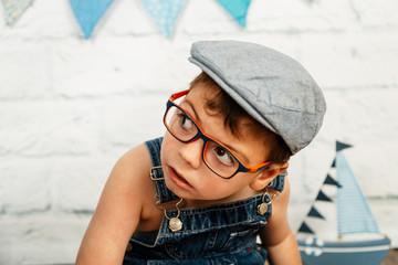 sesión smashcake, previa al pastel, niño con pluri discapacidad de 3 años mira y observa con peto y gorro tipo boina