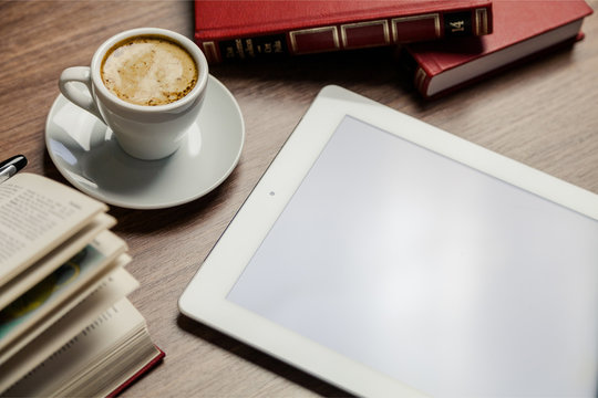 タブレットPCとコーヒーと本