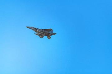着陸態勢の戦闘機