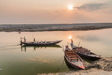 RAJSHAHI, BANGLADESH - NOVEMBER 10, 2016: Sunset on Padma river in Rajshahi, Bangladesh Fototapete