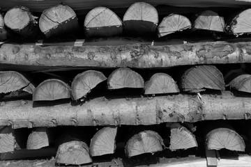ein Stapel Feuerholz in monochrom
