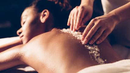 Photo sur Aluminium Spa African-american woman having exfoliation treatment in spa