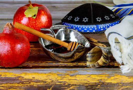 in the synagogue are the symbols of Rosh Hashanah apples and honey