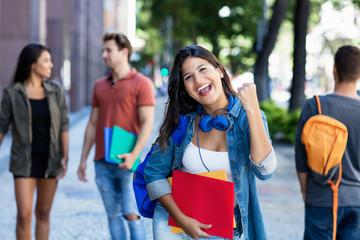 Junge Studentin freut sich über gute Noten