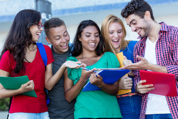 Junge Studenten lernen gemeinsam
