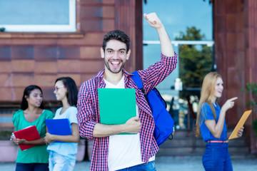 Spanischer Student freut sich über gute Noten
