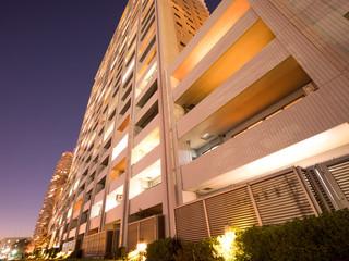 Fototapete - 夕暮れの高層マンション