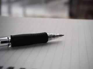 ノートとペンを近くで写した写真