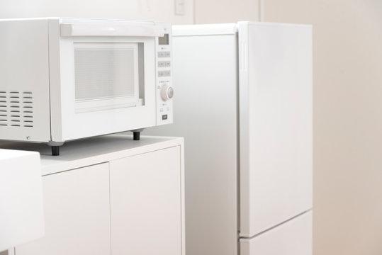 白物家電(白いミニ冷蔵庫と電子レンジ)のあるミニキッチン