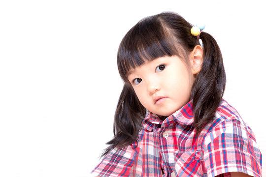 不信感の眼で見つめる幼い女の子。反抗、反発、孤立イメージ