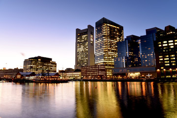 Fototapete - Night view of winter Boston. View of the river bay, bridges and night buildings. USA. Boston. Massachusetts.