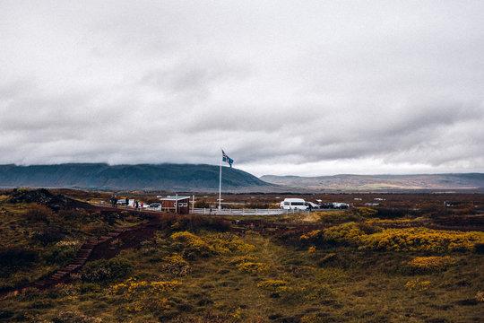 Isländische Flagge auf Parkplatz