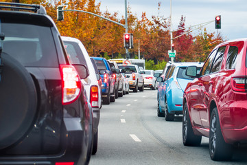 Heavy afternoon traffic in Mountain View, Silicon Valley, California; cars stopped at a traffic light Fotomurales