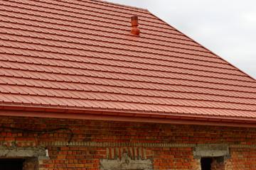 Fototapeta Dach z blachodachówki w kolorze ceglnaym na wzór dachówki obraz