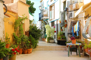 Montage in der Fensternische Schmale Gasse Barrio Santa Cruz in the morning, Alicante, Costa Blanca, Spain