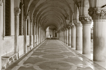 Venice - Exterior corridor of Doge palace in the morning. Fototapete