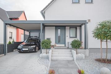 Fototapeta Moderner Stahlcarport an Einfamilienhaus obraz