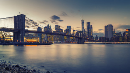 Fotomurales - Brooklyn bridge East river and Manhattan after sunset, New York City