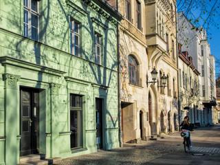 sanierte alte häuserzeile in berlin friedrichshagen, deutschland