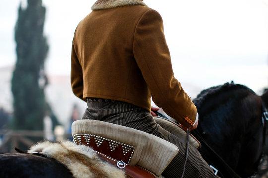 femme cavalière de dos à cheval, selle traditionnelle portugaise