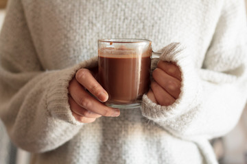 Foto auf Acrylglas Schokolade Woman hands holding hot chocolate