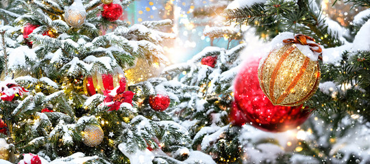 In de dag Bomen Christmas and New Year background. bright balls and decor on Christmas tree, snowy backdrop. festive winter holidays season concept. template for design. banner, copy space