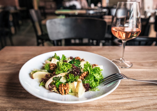 salad with pear and walnut