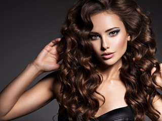 Fotorolgordijn Kapsalon Beautiful woman with long curly hair