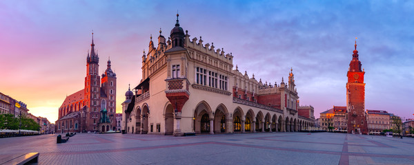 Photo sur Aluminium Europe de l Est Panorama of Medieval Main market square with Basilica of Saint Mary, Cloth Hall and Town Hall Tower in Old Town of Krakow at sunrise, Poland