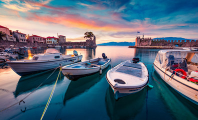 Sunrise in popular touristic destination - Nafpaktos port. Fantastic morning view of Gulf of Corinth, Greece, Europe. Fantastic seascape of Ionian sea. Traveling concept background. Fototapete