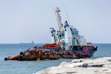 Foto auf AluDibond Schiff Abandoned cargo ship in the sea