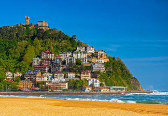 Fototapeta premium Nice beach with houses in San Sebastian, Spain