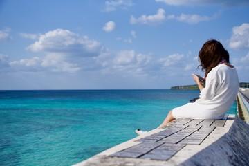 宮古島 沖縄 女性 女子旅 旅行 広告素材 スマホ カメラ 晴れ 橋 写真