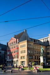 halle saale, deutschland - marktplatz mit denkmal von johann gottfried händel