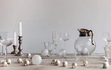 Cocktail and drinks glasses with scattered christmas decorations on wooden table Fotobehang