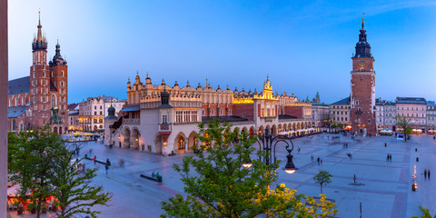 Foto auf AluDibond Krakau Aerial panorama of Medieval Main market square with Basilica of Saint Mary, Cloth Hall and Town Hall Tower in Old Town of Krakow at night, Poland