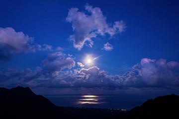 鹿児島県・屋久島 海から昇る満月