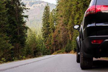 Photo sur Plexiglas Route dans la forêt car driving on forest road and sun beams